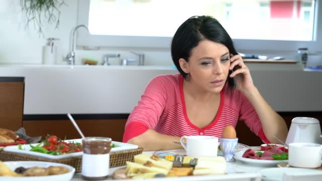 slecht nieuws per telefoon in de ochtend