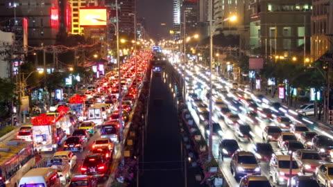 bad traffic jam of urban nigh city - bangkok bildbanksvideor och videomaterial från bakom kulisserna