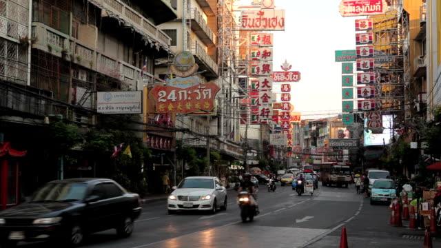 dålig trafik på yaowarat road i chinatown bangkok, thailand - sydostasien bildbanksvideor och videomaterial från bakom kulisserna
