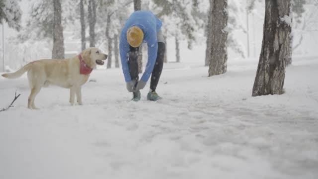 vídeos de stock e filmes b-roll de bad weather can't do anything to us - floco de neve