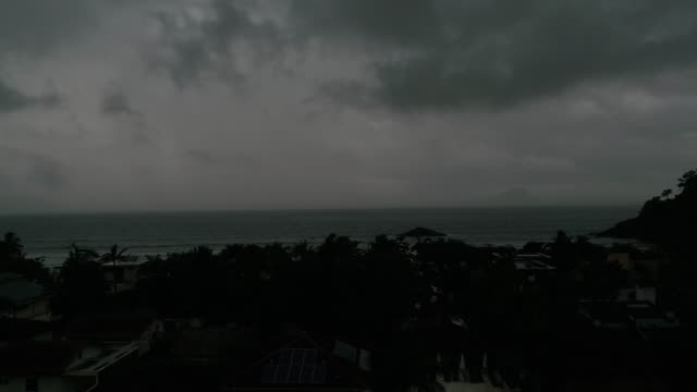 vídeos de stock, filmes e b-roll de mau tempo na praia - chuva torrencial