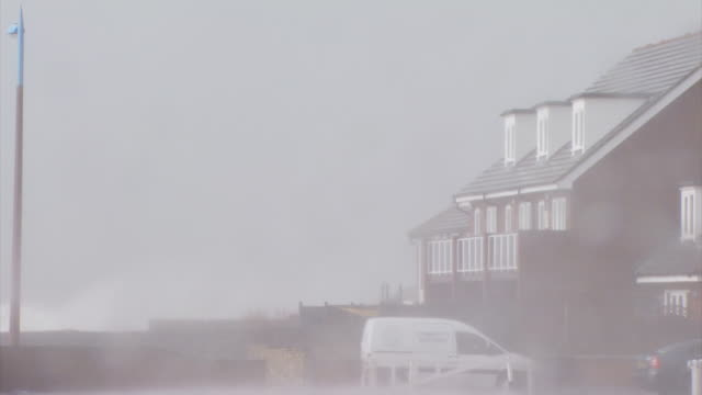 vídeos de stock, filmes e b-roll de bad weather, waves and spray over house, selsey, west sussex, england, 10 march 2008 - características do litoral