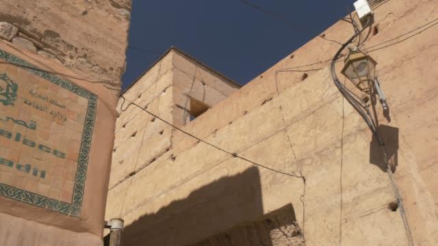 vídeos de stock e filmes b-roll de badii palace sign, marrakesh, morocco, north africa, africa - palace