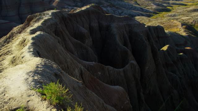 badlands view of arid desert mountain scenery usa - south dakota stock-videos und b-roll-filmmaterial