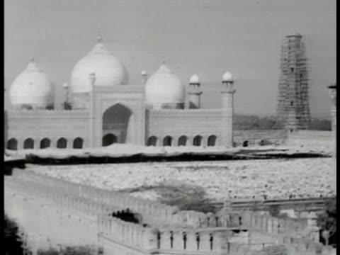 badshahi masjid w/ huge courtyard filled w/ praying muslims . muslims in prayer. muslims socilaizing in courtyard. landmark mughal era religion... - lahore pakistan stock videos & royalty-free footage