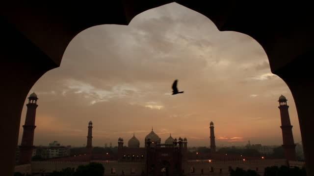badshahi mosque at sunset, pakistan - one animal stock videos & royalty-free footage