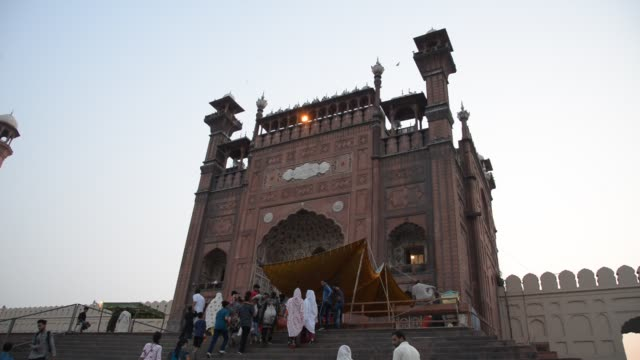 badshahi mosque entrance - lahore pakistan stock videos & royalty-free footage