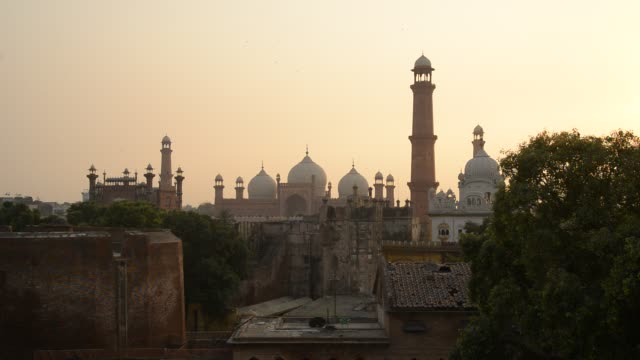 badshahi mosque, evening - punjab pakistan stock videos & royalty-free footage