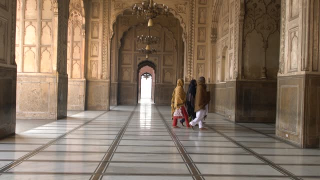 vidéos et rushes de badshahi mosque, lahore, pakistan; december 2, 2019; the badshahi masjid is a mughal era masjid in lahore. it is an important example of mughal... - monument