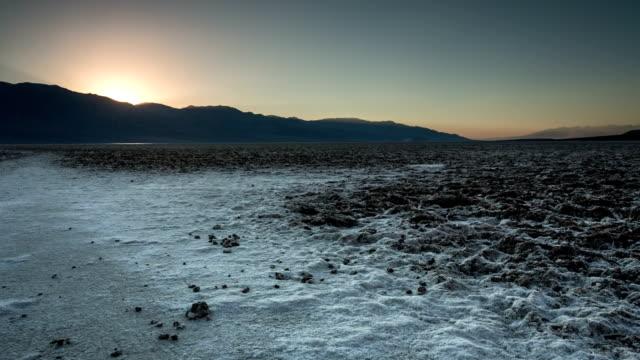 vidéos et rushes de badwater basin la vallée de la mort - dépression terrestre