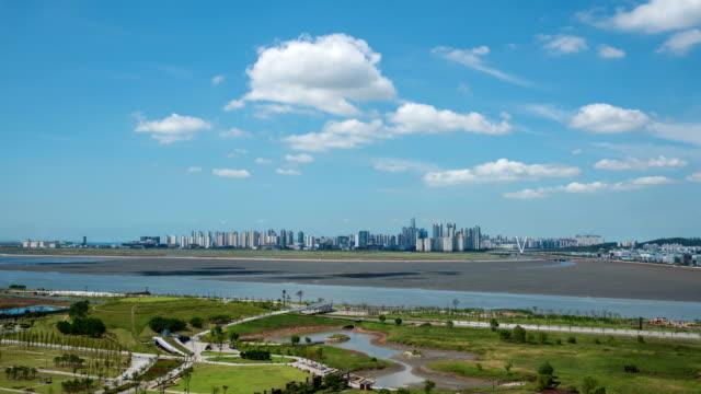 vidéos et rushes de baegot life park and songdo international business district view / siheung, kyonggi-do, south korea - ciel sans nuage