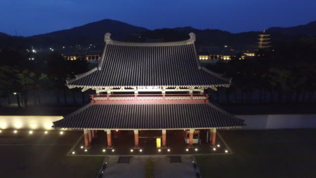 vídeos y material grabado en eventos de stock de baekje cultural land (a korean historical theme park) in buyeo county at night - corea