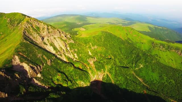 vidéos et rushes de baengnokdam crater lake of hallasan national park / jeju-do, south korea - végétation verdoyante