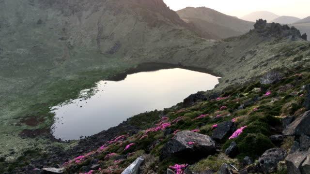 vídeos y material grabado en eventos de stock de baengnokdam(crater lake) in top of hallasan mountain at sunrise in spring - parque nacional crater lake