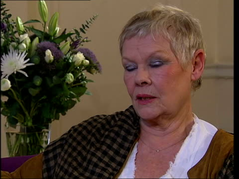 vidéos et rushes de bafta nominations dame judi dench interviewed sot talks about working with bob hoskins stephen frears and thelma barlow - judi dench