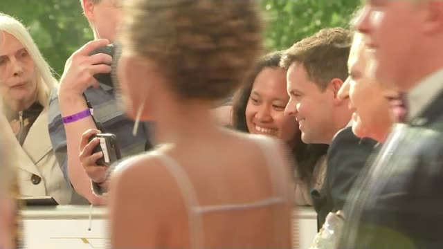 stockvideo's en b-roll-footage met bafta television awards 2018 declan donnelly taking selfie on red carpet people gathered on red carpet pan - declan donnelly