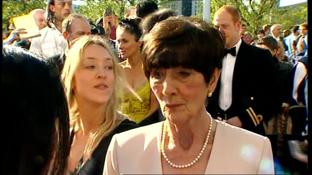 vidéos et rushes de london south bank ext jonathan ross arriving at bafta ceremony speaking to reporter sot june brown speaking to reporter sot kenneth branagh speaking... - jonathan ross journaliste anglais