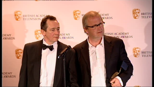 vídeos y material grabado en eventos de stock de winner's room harry enfield and paul whitehouse press conference sot on whether winning this award constitutes a comeback / on why this new series is... - paul whitehouse
