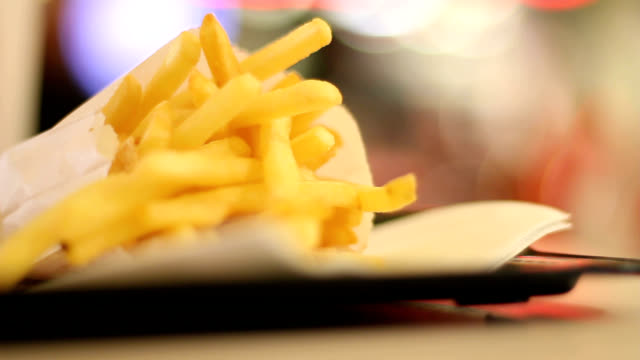 vidéos et rushes de bag of chips - unhealthy eating