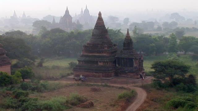 bagan ruins in myanmar - animale da lavoro video stock e b–roll