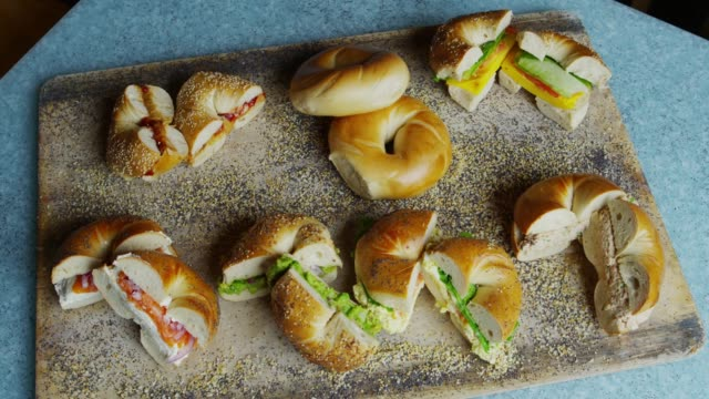 vídeos de stock e filmes b-roll de bagel sandwiches on the tray in yorkville, new york - sanduíche