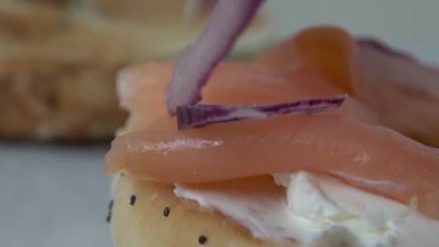 vídeos de stock e filmes b-roll de bagel with cream cheese and smoked salmon - salmão peixe
