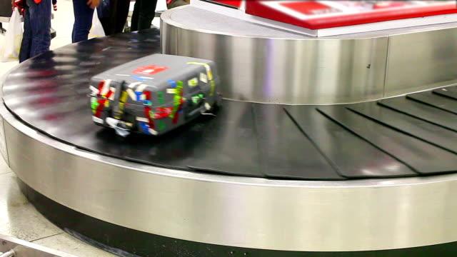 baggage belt moving
