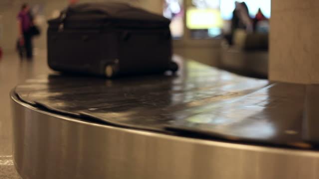 vídeos de stock, filmes e b-roll de esteira de bagagem - carousel