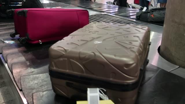 gepäckausgabegürtel - rucksack stock-videos und b-roll-filmmaterial