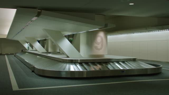 stockvideo's en b-roll-footage met ms tu baggage claim conveyor belt at sfo - leeg toestand