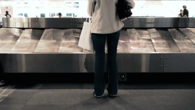 vídeos de stock, filmes e b-roll de área de restituição de bagagem - carousel