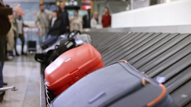 vídeos de stock, filmes e b-roll de time-lapse bagagem volta no carrossel de bagagens no aeroporto de bagagens - carousel