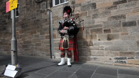 vídeos y material grabado en eventos de stock de bagpiper on the royal mile in edinburghs old town playing for tourists. - tartán