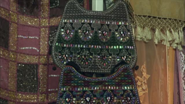 stockvideo's en b-roll-footage met cu td bags for sale at bazaar, shiraz, iran - kleine groep dingen