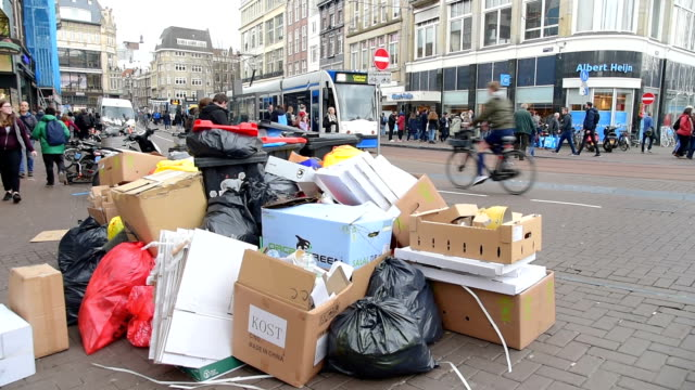 vídeos de stock e filmes b-roll de bags of rubbish and garbage along a central street and canal in amsterdam - lixo