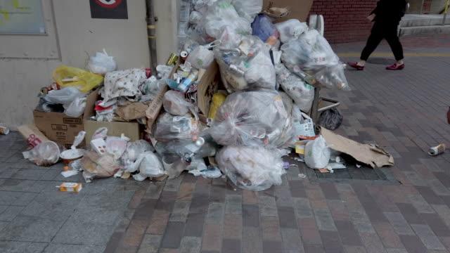 vídeos de stock, filmes e b-roll de sacos 4k de lixo e lixo ao longo de uma rua - poluição do plástico