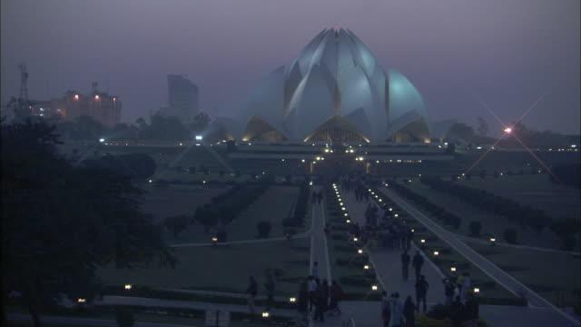 ws, baha'i house of worship at dusk, delhi, india - capitali internazionali video stock e b–roll