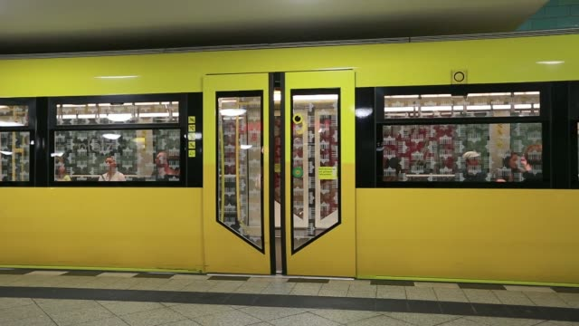 stockvideo's en b-roll-footage met a u bahn underground train arrives into alexanderplatz station in berlin germany on wednesday may 21 an alarm signal is heard as the automatic doors... - metro platform