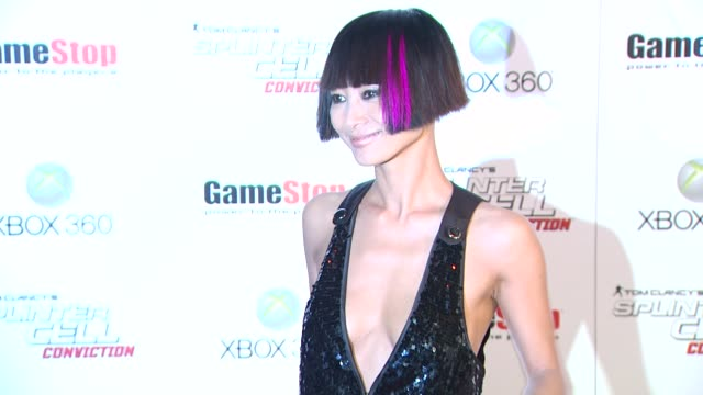 vídeos de stock, filmes e b-roll de bai ling at the game stop and xbox 360 present the premiere of 'splinter cell conviction' at hollywood ca - bai ling