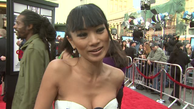 vídeos de stock, filmes e b-roll de bai ling on the event, if she believes in ghosts, upcoming projects at the 'ghosts of girlfriends past' premiere at hollywood ca. - bai ling