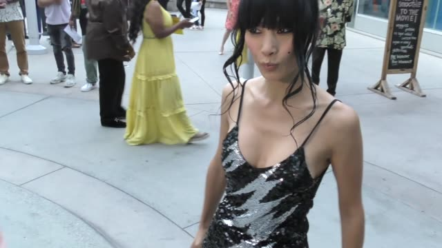 vidéos et rushes de bai ling strikes a pose outside the sextuplets premiere at arclight cinemas in hollywood on august 7, 2019 at celebrity sightings in los angeles. - arclight cinemas hollywood