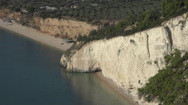 vídeos y material grabado en eventos de stock de baia dei gabbiani beach, white limestone rocks at the adriatic sea - península