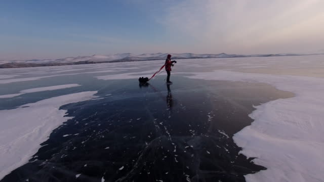 vídeos de stock e filmes b-roll de baikal. travel baikal lake ice skating. - congelado