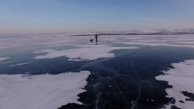 vídeos de stock e filmes b-roll de baikal. travel baikal lake ice skating. - gelo