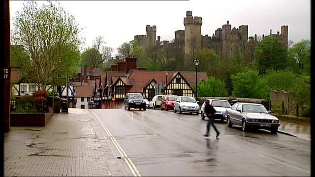 vídeos y material grabado en eventos de stock de bail hostels being set up without consultation sussex arundel ext general view bridge with arundel castle in background arundel castle seen beyond... - hostal