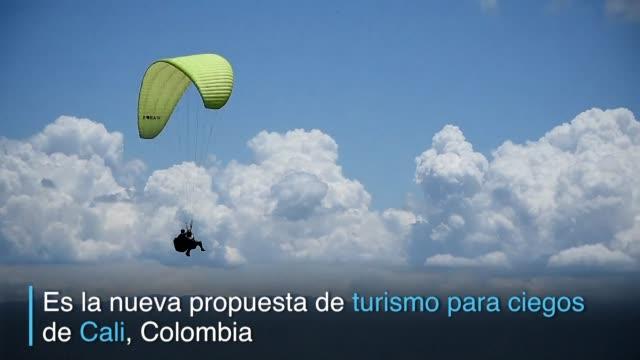 vídeos de stock e filmes b-roll de bailar salsa y lanzarse en parapente tal vez no sean experiencias excepcionales para los turistas que llegan a la colombiana cali - bailar