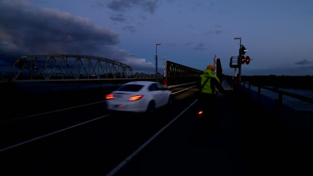 vídeos de stock e filmes b-roll de bailey bridge at night with traffic, meiningenbrücke, bresewitz, zingst, darß, fischland-darß-zingst, baltic sea, mecklenburg-vorpommern, germany - ciclo