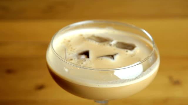 stockvideo's en b-roll-footage met baileys espresso martini - martini