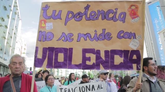stockvideo's en b-roll-footage met bajo el eslogan en vez de golpear ponte a cocinar un grupo de varones se puso a pelar papas en una plaza de bolivia como parte de una campana contra... - ponte