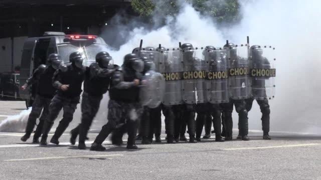 Bajo la sombra de los recientes ataques en Paris la policia de elite brasilena entrena con instructores franceses para reforzar el operativo de...